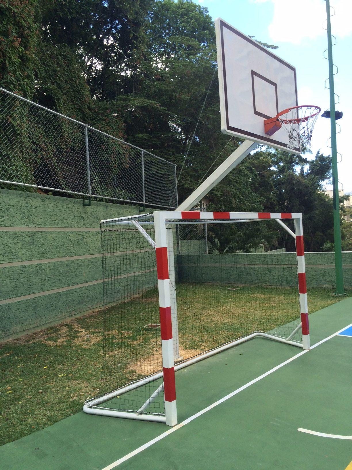 TECNOSPORTS construye canchas polideportivas de calidad profesional. Conjunto de Tablero y Aro de Baloncesto con Portería Fútsal